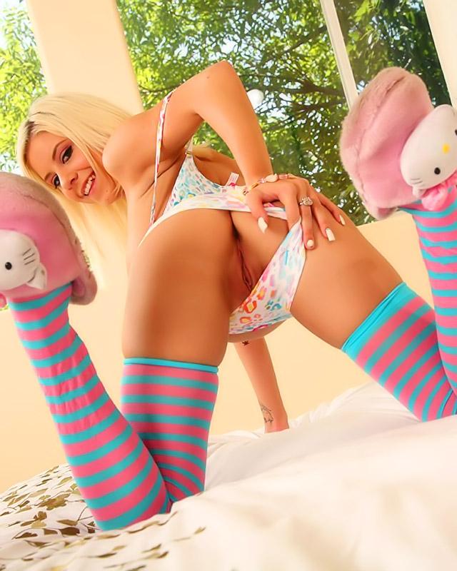Блондиночка С Узкими Дырочками Обожает Большие Секс Игрушки